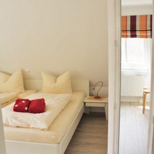malerhaus-kuhse-ferienwohnung-morgenrot-schlafzimmer