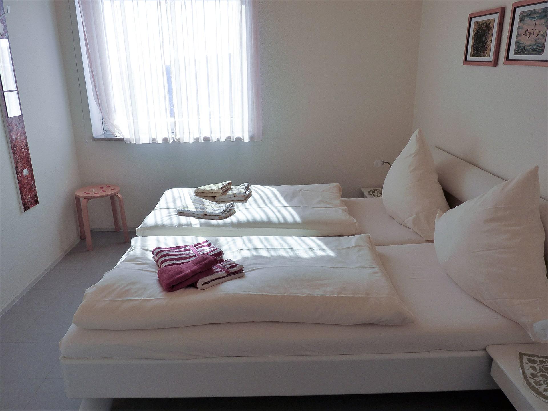 malerhaus-kuhse-ferienwohnung-hohes-ufer-schlafzimmer