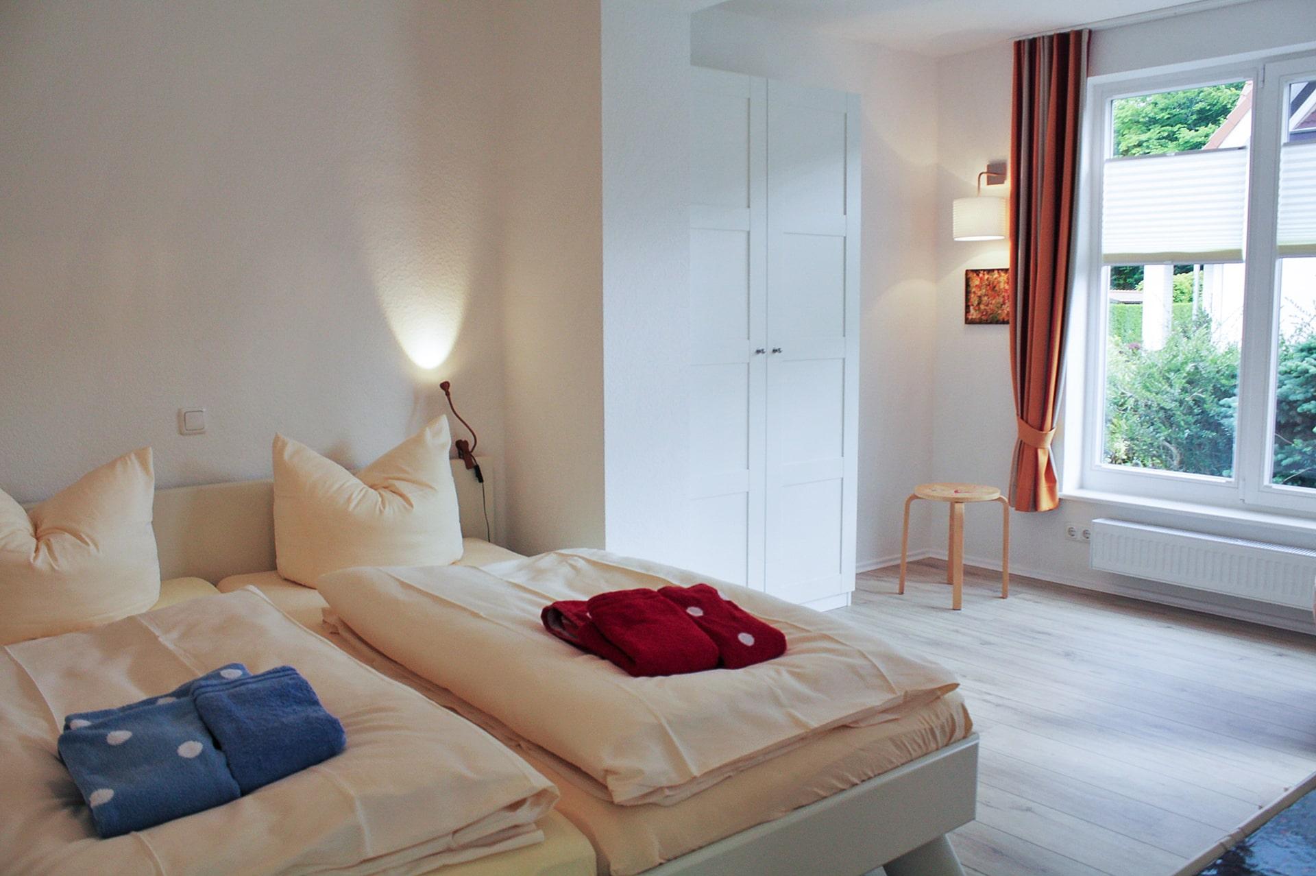 malerhaus-kuhse-ferienwohnung-klatschmohn-schlafzimmer