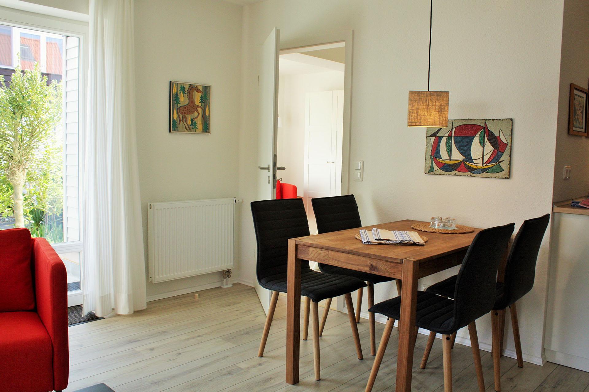 malerhaus-kuhse-ferienwohnung-stockrose-esszimmer