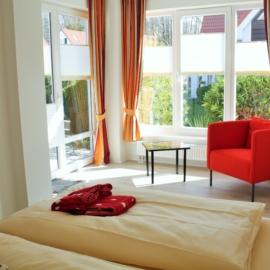 malerhaus-kuhse-ferienwohnung-stockrose-schlafzimmer-terrasse
